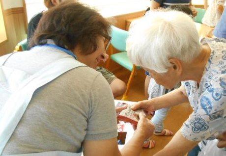 入居者の健康を護る看護師募集。ご利用者様とのちょっとした会話も楽しみの一つです。